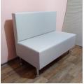 Малогабаритный диван на высоких ножках для дома и офиса